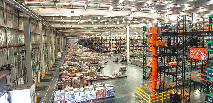 Galpão de uma Central de Negócios com produtos armazenados